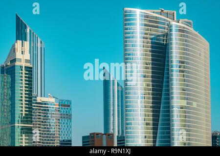 La foto muestra los modernos rascacielos de Abu Dhabi. Imagen De Stock