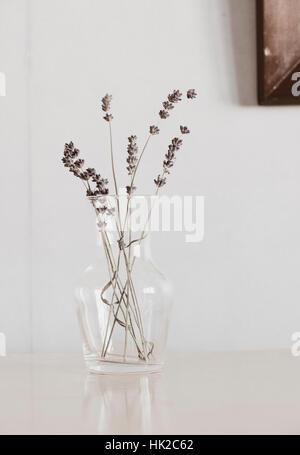 Flores de lavanda en jarrón de cristal en la mesa. Aún la flor de la vida. Imagen De Stock