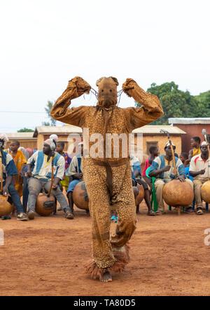 Boloye danza de la pantera hombre en la comunidad de senufo, distrito, Waraniene Savanes, Costa de Marfil Imagen De Stock