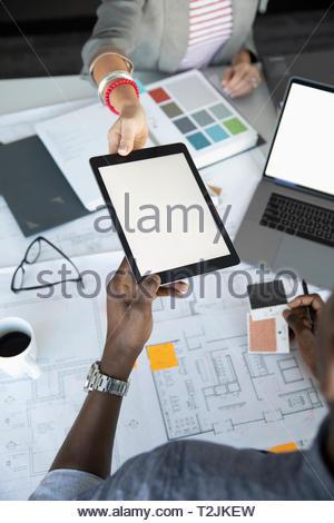 Los diseñadores de interiores mediante tableta digital Imagen De Stock