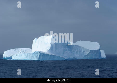 Soleada iceberg en el azul oscuro de las aguas de la Antártida el sonido en la Península Antártica, en la Antártida Imagen De Stock