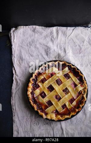Berry tarta con una decoración de celosía Imagen De Stock