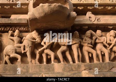 SSK 758 - Un grupo de esculturas en una hermosa y exquisitamente ordenados templo llamado templo de Laxmana Khajuraho, Madhya Pradesh, India Asia el 15 de diciembre de 2014 Imagen De Stock