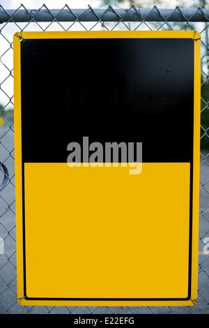 Un espacio en blanco o cuation tipo advertencia aviso señal colocada en una valla de tela metálica - listo Imagen De Stock