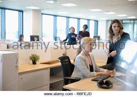 Las empresarias que trabajan en cubículos de oficina Imagen De Stock