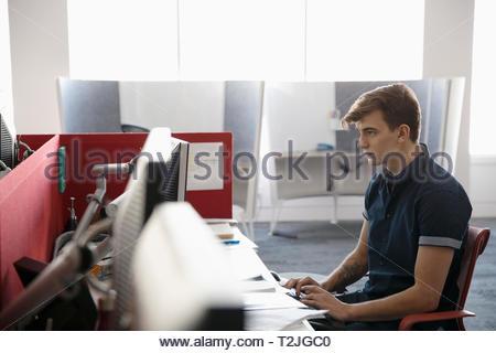 Empresario trabajando en equipo en el armario Imagen De Stock
