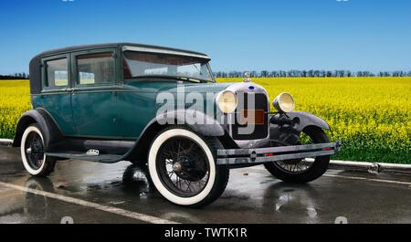 Viejo, coches de lujo. La producción a comienzos del siglo XX . Estilo clásico. Estacionado en la naturaleza con vistas a hermosos campos verdes. Imagen De Stock