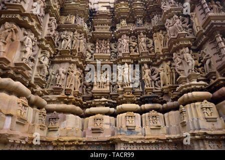 SSK - 464 bellamente y exquisitamente ordenados antiguo templo denominado Jagdamba dedicado a la diosa hindú Jagdamba con esculturas de surasundaris o bellezas celestiales y los dioses y goddessses y tallas Khajuraho, Madhya Pradesh, India Asia el 13 de diciembre de 2014 Imagen De Stock
