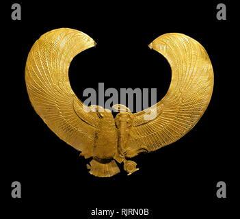 """Réplica del pectoral de oro en forma de un buitre; desde la tumba del Rey Tutankamón. Howard Carter (1874 - 1939); egiptólogo y arqueólogo británico que se hizo famoso tras el descubrimiento de la tumba intacta (designada KV62) de la XVIII Dinastía, el faraón Tutankamón (coloquialmente conocido como """"King Tut' y 'El niño rey'), en noviembre de 1922. Imagen De Stock"""