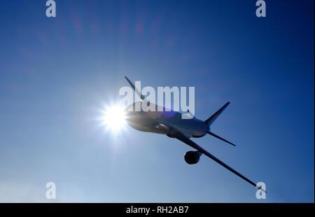 Jet airliner aviones comerciales en vuelo sobre fondo de cielo azul Imagen De Stock