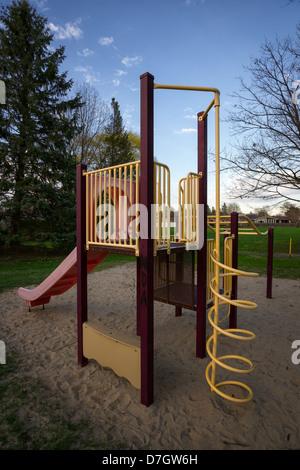 Una estructura de juegos infantiles o gimnasia de selva en un parque público o el patio de recreo. Imagen De Stock