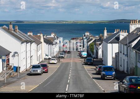 Vista de la calle principal en la aldea de Bowmore de Islay (Escocia, Reino Unido) Imagen De Stock