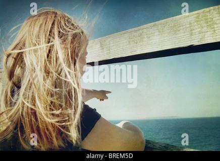 Chica señalando hacia el mar Imagen De Stock