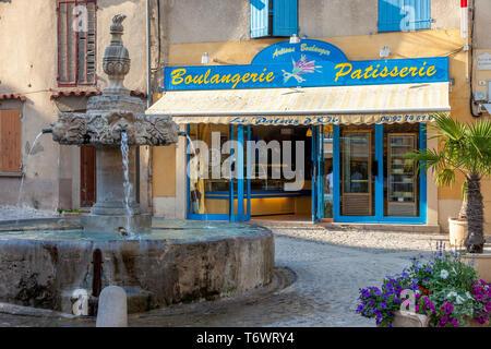 Fuente courtyad delante de Le Palais d'Or - un artesano Boulangerie, Valensole, Provenza, Francia Imagen De Stock