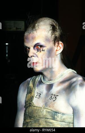 """El actor francés Denis Lavant en el papel de Itaï, Harald Mueller's play """"2050, Le radeau de la mort', dirigida por Hans Peter Cloos y realizado en la Maison de la Culture de Bobigny en 1987. Imagen De Stock"""