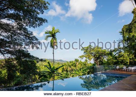 Terraza con piscina y vistas a la naturaleza. Jalakara Villa Hotel, Islas Andamán y Nicoar, India. Arquitecto: Ajith Andagere, 2016. Imagen De Stock