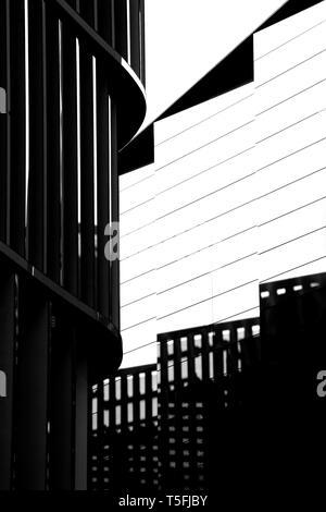 El acercamiento de una placa con un andamio de fachada, que proyecta sombras. Imagen De Stock