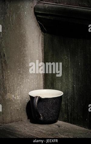 Antigua taza de café rústico. Vintage bodegón con jarra vacía y fondo de madera con copyspace. Imagen De Stock