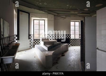Vista desde el interior de un baño en un castillo abandonado en Francia. Imagen De Stock