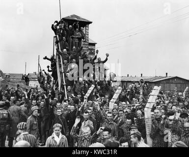 Prisioneros de Dachau onda y alegrar la séptima libertadores del ejército estadounidense. El 29 de abril Imagen De Stock