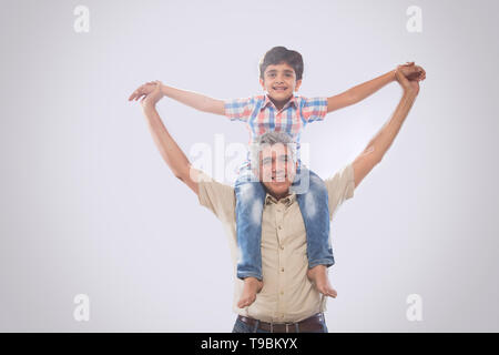 Abuelo llevando a hombros nieto Imagen De Stock