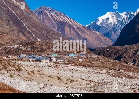 La fotografía muestra la aldea Langtang, reconstruida después del terremoto de 2015. El primer plano muestra los escombros del terremoto, que ha burrie Imagen De Stock