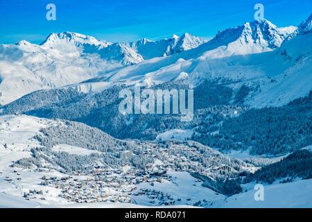 Hermosos nevados que rodean Arosa village. Imagen De Stock