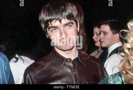 El grupo de rock británico Oasis con Noel Gallagher, en febrero de 1996 Imagen De Stock