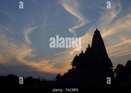 SSK - 1295 Silueta de una hermosa y exquisitamente ordenados templo llamado el Kandariya Mahadev dedicado al dios hindú Shiva El Señor contra el cielo nublado después del atardecer Khajuraho, Madhya Pradesh, India Asia el 19 de diciembre de 2014 Imagen De Stock