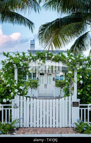 """Cubierto de flores arbor en puerta de entrada a la histórica """"Huesos Cottage', Naples, Florida, EE.UU. Imagen De Stock"""