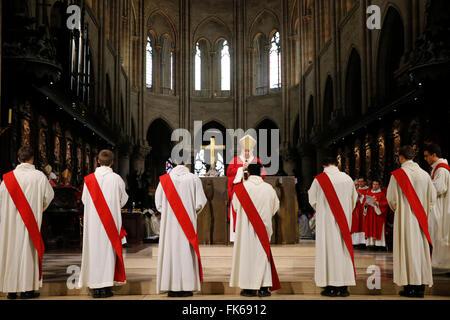 Sacerdote ordenaciones en la catedral Notre-Dame de París, París, Francia, Europa Imagen De Stock