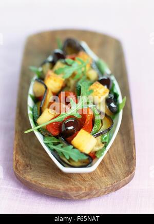 Verduras asadas con trocitos crujientes de polenta Imagen De Stock