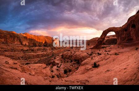 Cielo dramático sobre el arco de la Corona, Moab, Utah, Estados Unidos Imagen De Stock