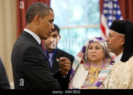 El presidente Barack Obama habla con el embajador libio Ali Suleiman Aujali y su familia. En la ceremonia de acreditación Imagen De Stock
