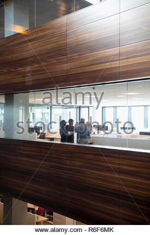 Personas hablando de negocios en la oficina moderna Imagen De Stock