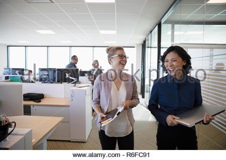 Laughing empresarias caminando en Office Imagen De Stock