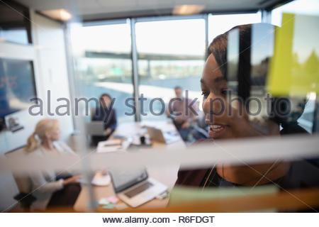 La empresaria principal reunión de intercambio de ideas en la sala Imagen De Stock