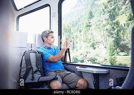 Caminante en tren, Valais, Suiza Imagen De Stock