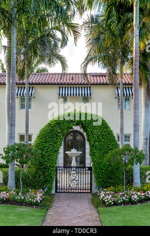 Entrada lateral y jardín espacio en casa de lujo, Naples, Florida, EE.UU. Imagen De Stock