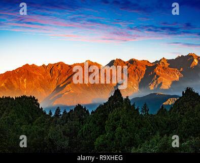 Hermosa cordillera de Helambu en Nepal al amanecer. Imagen De Stock