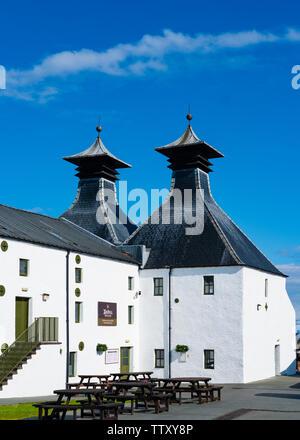 Vista de la maltería tradicionales pagodas en Ardbeg Distillery en la isla de Islay en Inner Hebrides de Escocia, Reino Unido Imagen De Stock