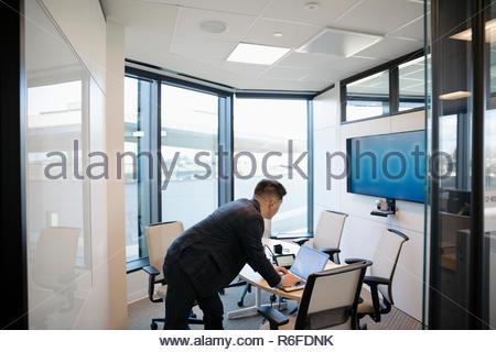 El empresario prepara presentación audiovisual en la sala Imagen De Stock
