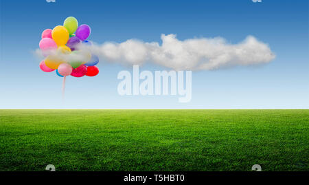 Hermoso paisaje de prados verdes sobre un fondo de cielo azul y nubes de globos Imagen De Stock