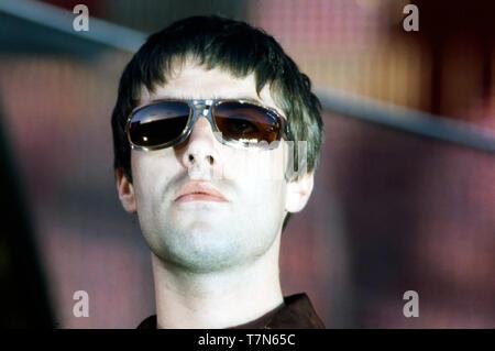 Con el grupo de rock británico Oasis Liam Gallagher, en junio de 1997 Imagen De Stock