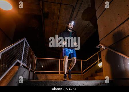 Runner con faro bajando las escaleras, North Vancouver, Canadá Imagen De Stock
