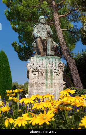 Asentada la estatua del poeta francés Jouse Roumanille (nacido en 1818 en St Remy, murió 1891), Avignon, St Remy de Provence, Francia Imagen De Stock