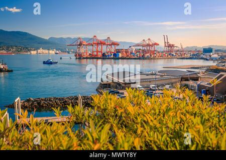 Vista de Vancouver del Norte, el mar y el puerto de Granville Plaza, Vancouver, British Columbia, Canadá, América del Norte Imagen De Stock