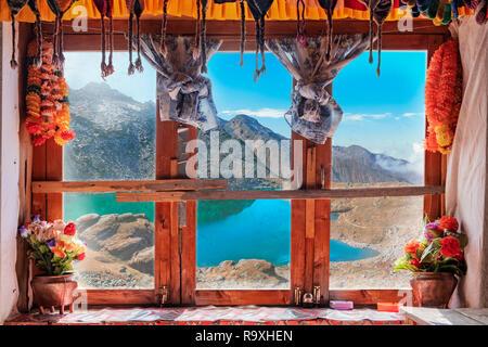 Hermosa ventana decorada de un restaurante en Nepal con vista al lago Gokyo. Imagen De Stock