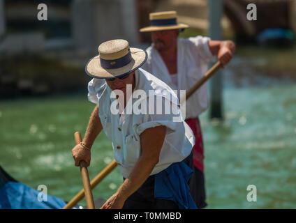 Gondoleros italianos, región del Veneto, Venecia, Italia Imagen De Stock