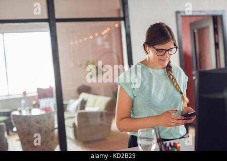 Mujer joven texting Imagen De Stock